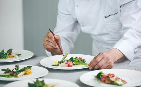 平日メインのお仕事!結婚式を彩る料理を作ってみませんか?職場環境抜群です